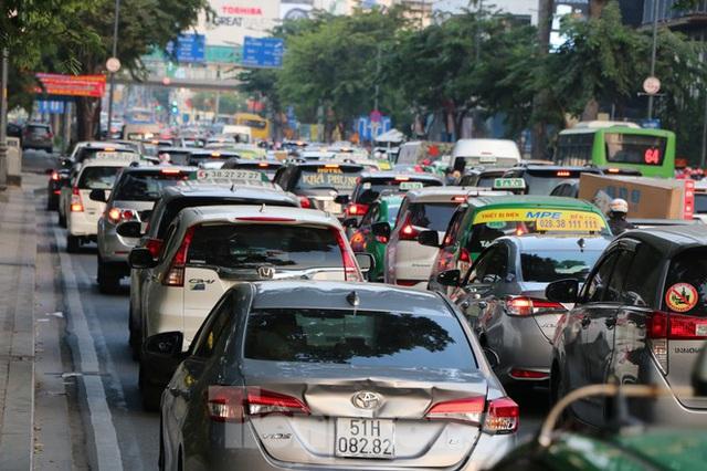 Nghẹt thở qua cửa ngõ sân bay Tân Sơn Nhất những ngày cuối năm - Ảnh 5.