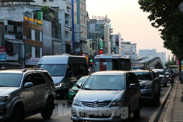 Nghẹt thở qua cửa ngõ sân bay Tân Sơn Nhất những ngày cuối năm - Ảnh 6.