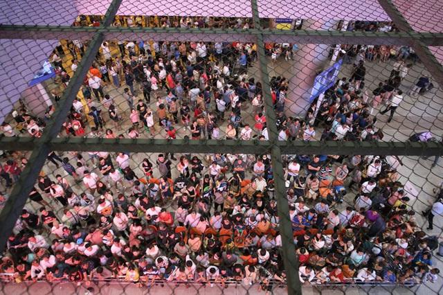Ngủ gục ở sân bay Tân Sơn Nhất đón Việt kiều về quê ăn tết - Ảnh 2.
