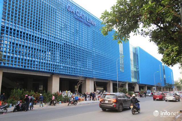 Vỉa hè, sân nhà ga đường sắt trên cao Cát Linh - Hà Đông thành chợ hoa Tết - Ảnh 1.