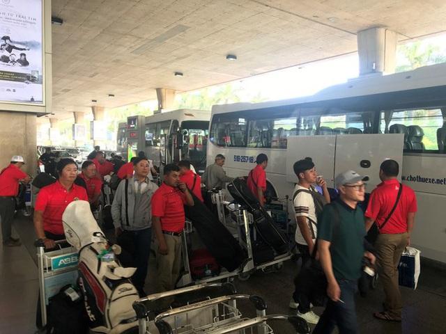 Ngủ gục ở sân bay Tân Sơn Nhất đón Việt kiều về quê ăn tết - Ảnh 11.