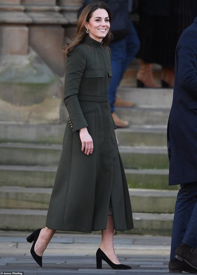 Hai nàng dâu hoàng gia tái xuất sau cuộc khủng hoảng, Công nương Kate nhận mưa lời khen với thần thái hoàn hảo, Meghan gây bất ngờ hơn - Ảnh 3.
