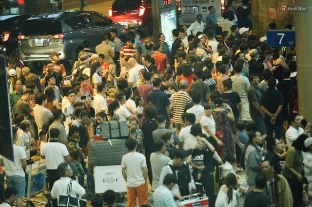 Ngủ gục ở sân bay Tân Sơn Nhất đón Việt kiều về quê ăn tết - Ảnh 3.