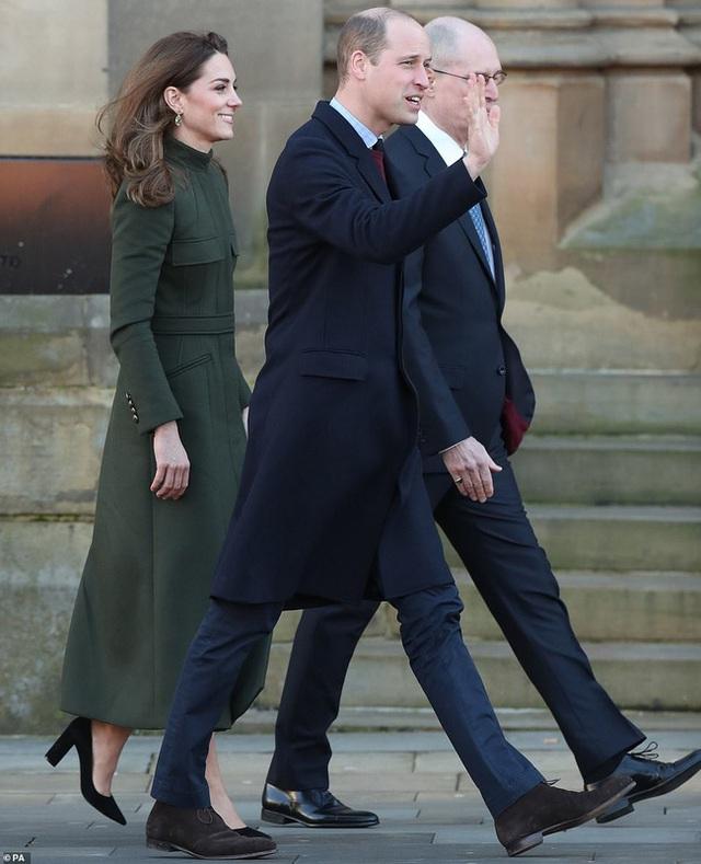 Hai nàng dâu hoàng gia tái xuất sau cuộc khủng hoảng, Công nương Kate nhận mưa lời khen với thần thái hoàn hảo, Meghan gây bất ngờ hơn - Ảnh 4.