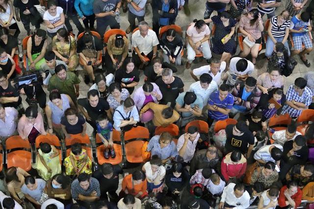 Ngủ gục ở sân bay Tân Sơn Nhất đón Việt kiều về quê ăn tết - Ảnh 4.