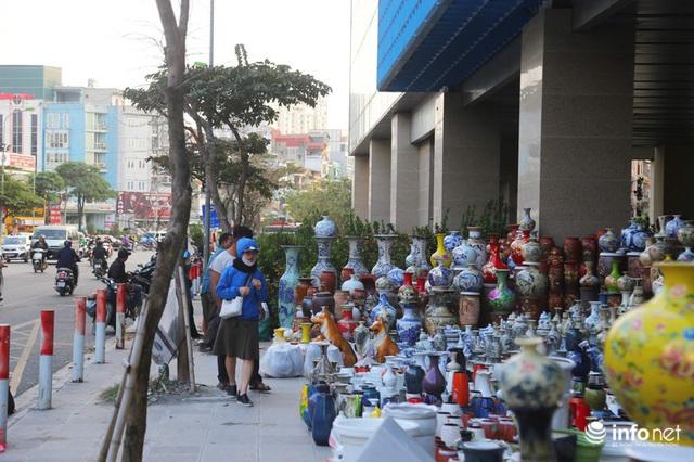 Vỉa hè, sân nhà ga đường sắt trên cao Cát Linh - Hà Đông thành chợ hoa Tết - Ảnh 4.