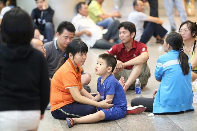 Ngủ gục ở sân bay Tân Sơn Nhất đón Việt kiều về quê ăn tết - Ảnh 5.