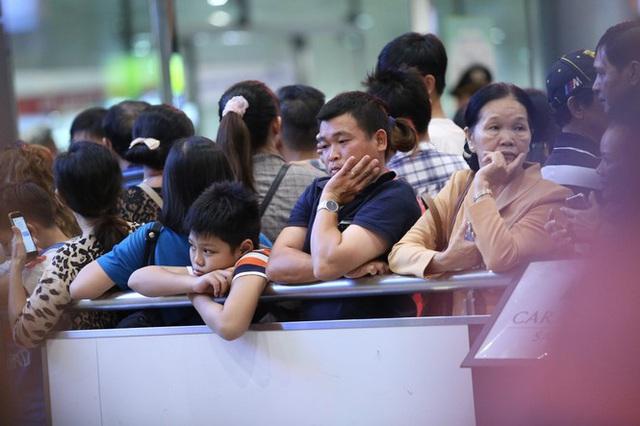Ngủ gục ở sân bay Tân Sơn Nhất đón Việt kiều về quê ăn tết - Ảnh 6.