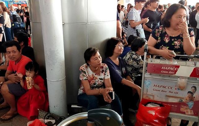 Ngủ gục ở sân bay Tân Sơn Nhất đón Việt kiều về quê ăn tết - Ảnh 7.