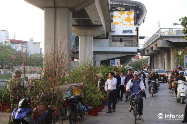 Vỉa hè, sân nhà ga đường sắt trên cao Cát Linh - Hà Đông thành chợ hoa Tết - Ảnh 7.