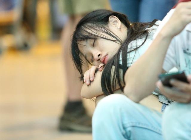 Ngủ gục ở sân bay Tân Sơn Nhất đón Việt kiều về quê ăn tết - Ảnh 8.