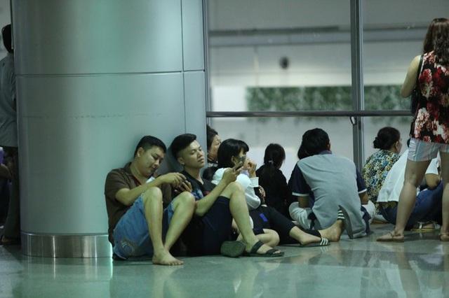 Ngủ gục ở sân bay Tân Sơn Nhất đón Việt kiều về quê ăn tết - Ảnh 9.