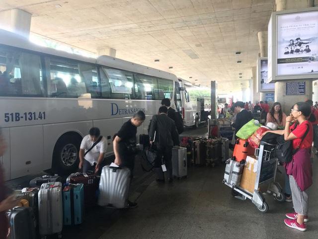 Ngủ gục ở sân bay Tân Sơn Nhất đón Việt kiều về quê ăn tết - Ảnh 10.