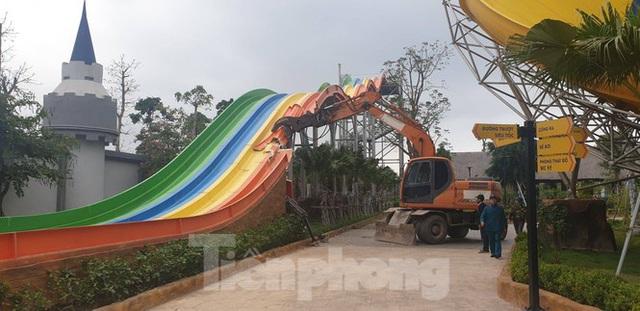 Huy động hơn 100 người tháo dỡ công viên nước lớn nhất Hà Nội - Ảnh 1.