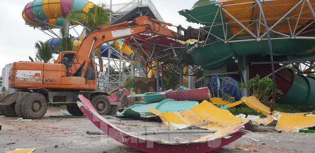 Huy động hơn 100 người tháo dỡ công viên nước lớn nhất Hà Nội - Ảnh 2.