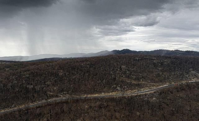 Mưa lớn làm dịu đám cháy trên đất Úc, nhưng mưa to quá lại khiến lũ quét và sạt lở đất xuất hiện - Ảnh 1.