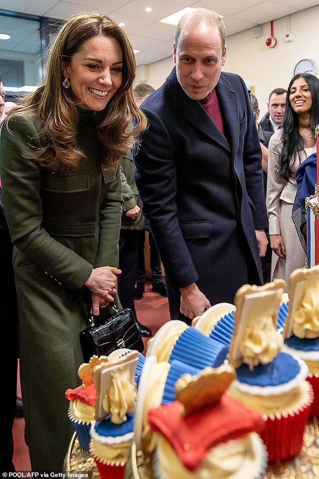 Khoảnh khắc Hoàng tử William không nhận ra ảnh mình lúc nhỏ mà tưởng nhầm là con gái khiến ai cũng phải phì cười - Ảnh 1.