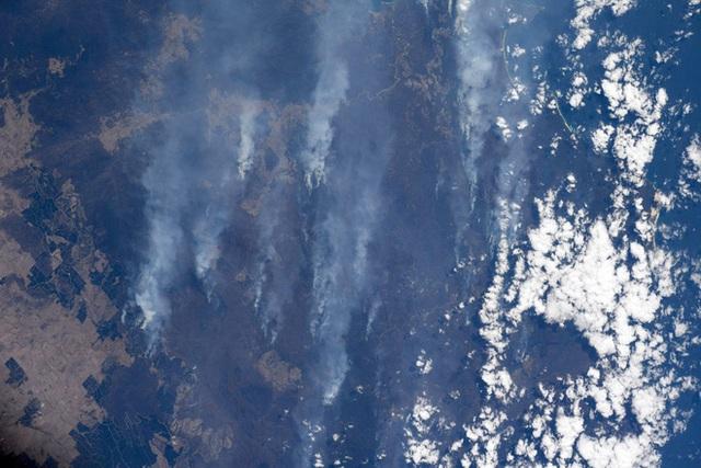 Phi hành gia NASA chia sẻ hình ảnh cháy rừng đại thảm họa nước Úc từ vũ trụ: Chỉ vài tấm ảnh thôi là đủ để thấy tình trạng đau lòng đến mức nào - Ảnh 1.