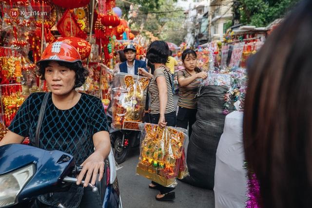 Người Hà Nội chen chúc sắm lễ, mua bộ gà luộc xôi gấc 500.000 - 600.000 đồng cúng tiễn Ông Công Ông Táo - Ảnh 11.