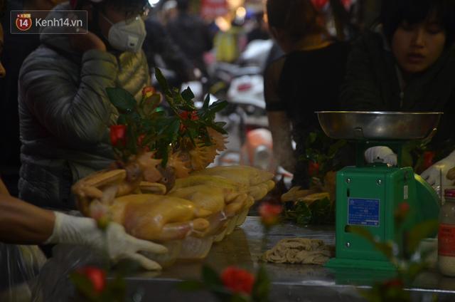 Chùm ảnh: Nửa triệu đồng bộ gà luộc xôi gấc, người Hà Nội chen chúc từ sáng sớm chờ mua cúng ông Công ông Táo - Ảnh 11.