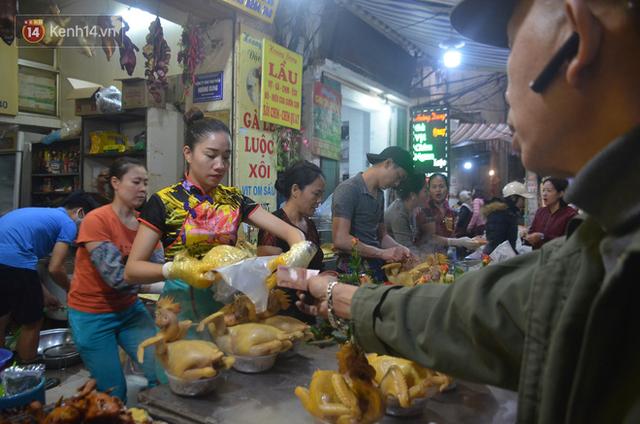 Chùm ảnh: Nửa triệu đồng bộ gà luộc xôi gấc, người Hà Nội chen chúc từ sáng sớm chờ mua cúng ông Công ông Táo - Ảnh 13.