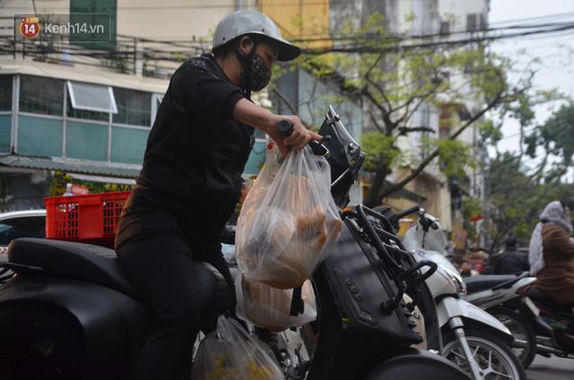 Chùm ảnh: Nửa triệu đồng bộ gà luộc xôi gấc, người Hà Nội chen chúc từ sáng sớm chờ mua cúng ông Công ông Táo - Ảnh 14.
