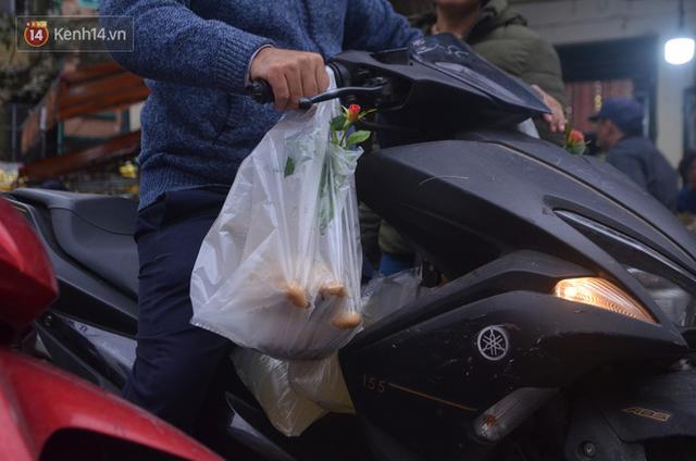 Chùm ảnh: Nửa triệu đồng bộ gà luộc xôi gấc, người Hà Nội chen chúc từ sáng sớm chờ mua cúng ông Công ông Táo - Ảnh 15.