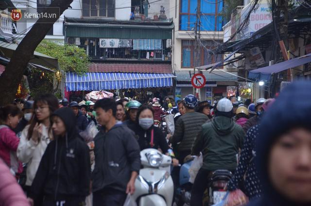 Chùm ảnh: Nửa triệu đồng bộ gà luộc xôi gấc, người Hà Nội chen chúc từ sáng sớm chờ mua cúng ông Công ông Táo - Ảnh 16.