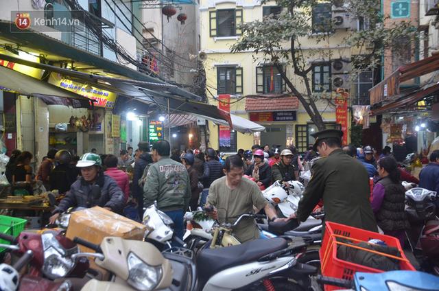 Chùm ảnh: Nửa triệu đồng bộ gà luộc xôi gấc, người Hà Nội chen chúc từ sáng sớm chờ mua cúng ông Công ông Táo - Ảnh 17.