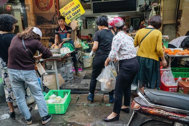 Người Hà Nội chen chúc sắm lễ, mua bộ gà luộc xôi gấc 500.000 - 600.000 đồng cúng tiễn Ông Công Ông Táo - Ảnh 18.