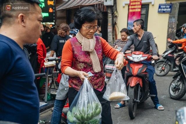Người Hà Nội chen chúc sắm lễ, mua bộ gà luộc xôi gấc 500.000 - 600.000 đồng cúng tiễn Ông Công Ông Táo - Ảnh 19.