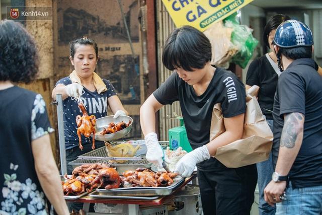 Người Hà Nội chen chúc sắm lễ, mua bộ gà luộc xôi gấc 500.000 - 600.000 đồng cúng tiễn Ông Công Ông Táo - Ảnh 20.