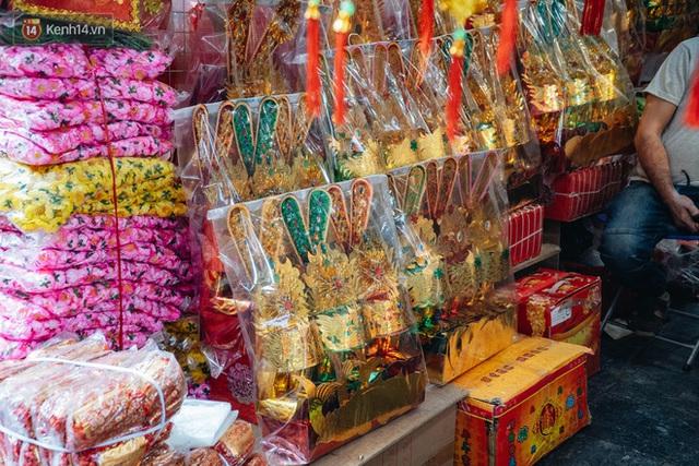 Người Hà Nội chen chúc sắm lễ, mua bộ gà luộc xôi gấc 500.000 - 600.000 đồng cúng tiễn Ông Công Ông Táo - Ảnh 3.