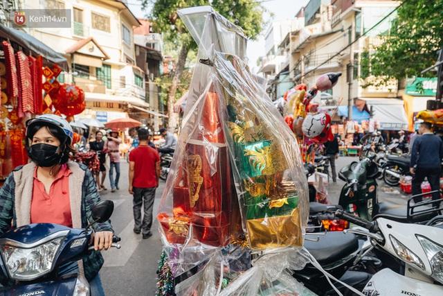 Người Hà Nội chen chúc sắm lễ, mua bộ gà luộc xôi gấc 500.000 - 600.000 đồng cúng tiễn Ông Công Ông Táo - Ảnh 4.