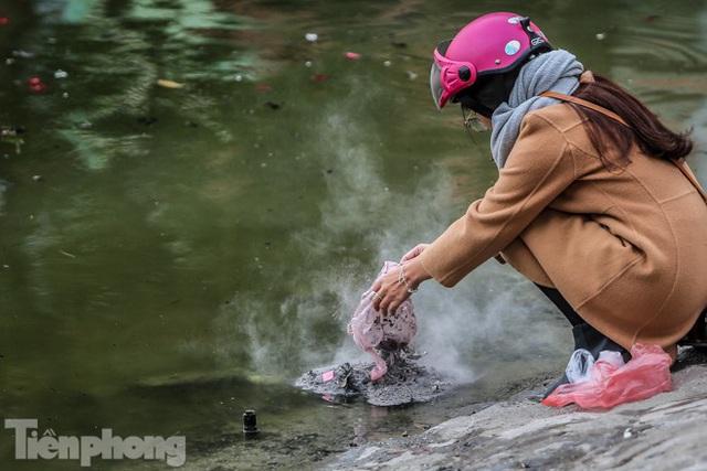 Cá chép vàng tiễn ông Táo vừa thả đã chết nổi ở hồ Hoàng Cầu - Ảnh 4.