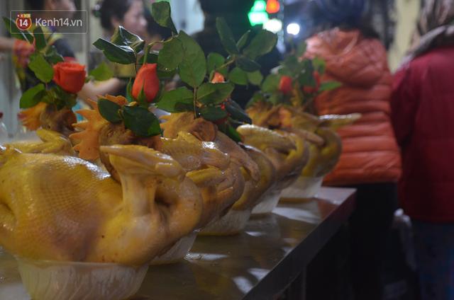 Chùm ảnh: Nửa triệu đồng bộ gà luộc xôi gấc, người Hà Nội chen chúc từ sáng sớm chờ mua cúng ông Công ông Táo - Ảnh 7.