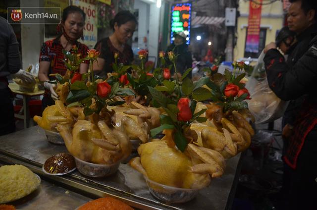 Chùm ảnh: Nửa triệu đồng bộ gà luộc xôi gấc, người Hà Nội chen chúc từ sáng sớm chờ mua cúng ông Công ông Táo - Ảnh 8.