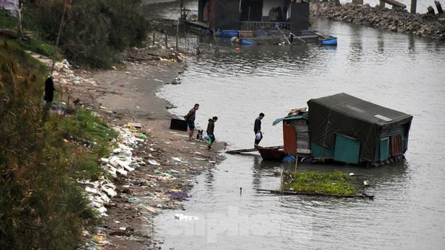 Cầu Long Biên tắc cứng vì người dân thả cá tiễn ông Công ông Táo - Ảnh 9.