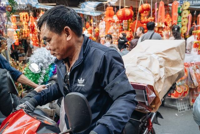 Người Hà Nội chen chúc sắm lễ, mua bộ gà luộc xôi gấc 500.000 - 600.000 đồng cúng tiễn Ông Công Ông Táo - Ảnh 10.