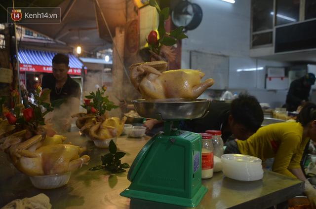 Chùm ảnh: Nửa triệu đồng bộ gà luộc xôi gấc, người Hà Nội chen chúc từ sáng sớm chờ mua cúng ông Công ông Táo - Ảnh 10.
