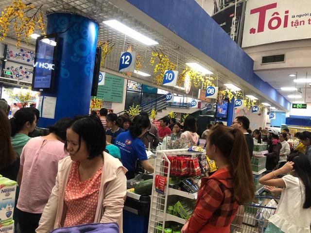 Chưa nghỉ tết, siêu thị đã đông nghẹt người - Ảnh 1.