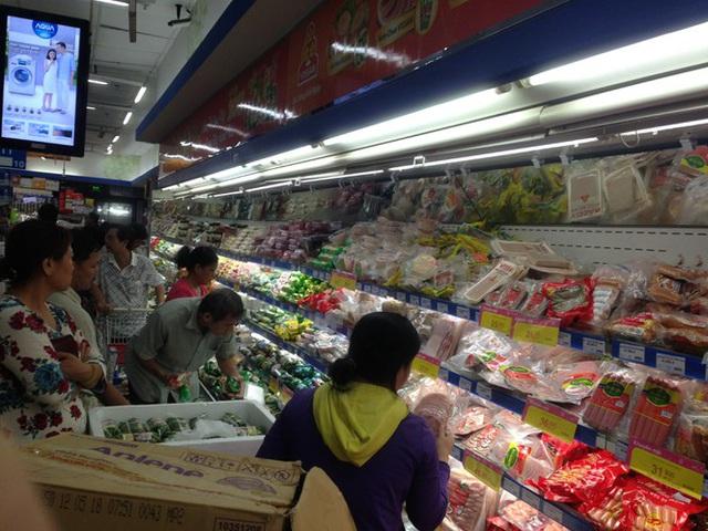 Chưa nghỉ tết, siêu thị đã đông nghẹt người - Ảnh 2.