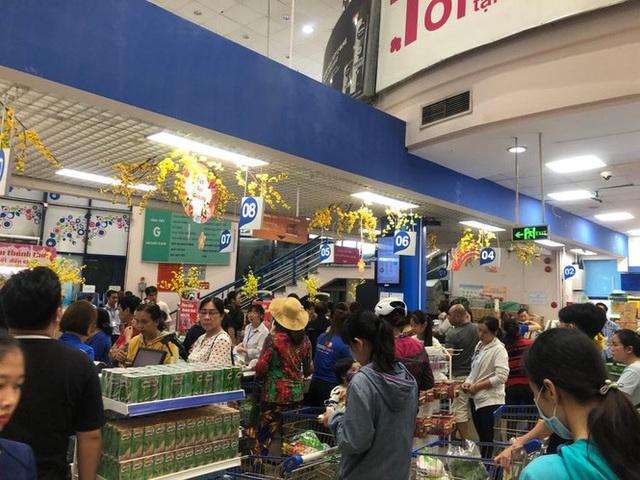 Chưa nghỉ tết, siêu thị đã đông nghẹt người - Ảnh 12.