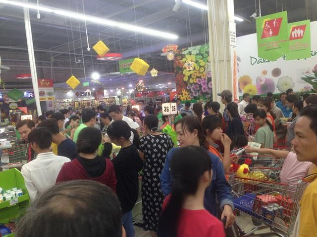 Chưa nghỉ tết, siêu thị đã đông nghẹt người - Ảnh 8.