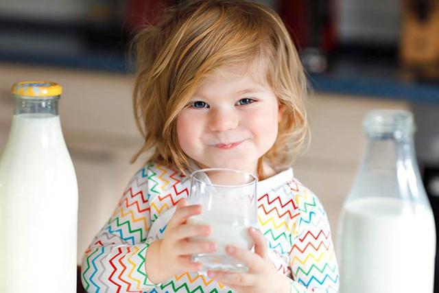 Mỗi ngày uống 2 cốc sữa vào thời điểm này, trẻ nhỏ sẽ hấp thụ trọn vẹn dinh dưỡng để cao lớn, thông minh vượt trội - Ảnh 1.