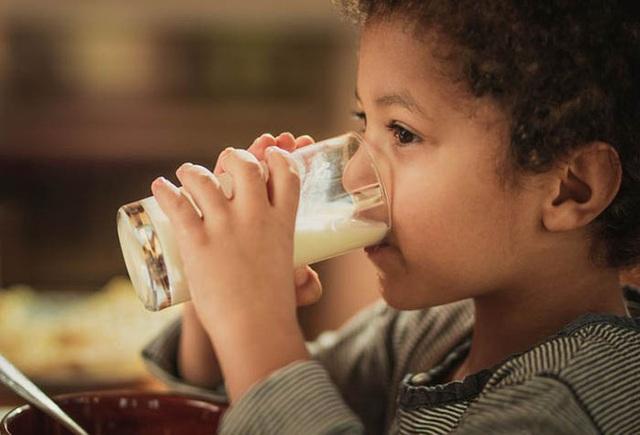 Mỗi ngày uống 2 cốc sữa vào thời điểm này, trẻ nhỏ sẽ hấp thụ trọn vẹn dinh dưỡng để cao lớn, thông minh vượt trội - Ảnh 2.
