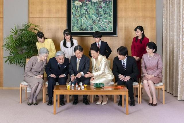 Hoàng gia Nhật công bố ảnh chụp đại gia đình chào mừng năm mới 2020, gây chú ý nhất là màn đọ sắc của 3 nàng công chúa  - Ảnh 2.