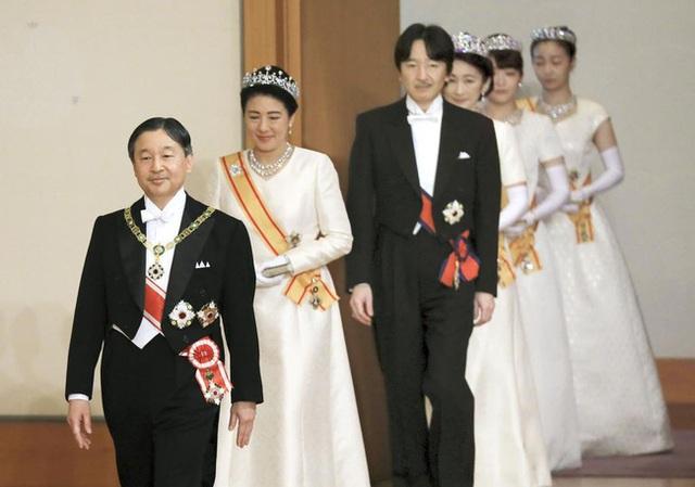 Gia đình Hoàng gia Nhật tổ chức tiệc mừng năm mới, xuất hiện ấn tượng trước dân chúng, đáng chú ý nhất là màn đọ sắc giữa các thành viên nữ  - Ảnh 1.