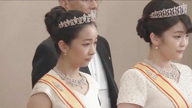 Gia đình Hoàng gia Nhật tổ chức tiệc mừng năm mới, xuất hiện ấn tượng trước dân chúng, đáng chú ý nhất là màn đọ sắc giữa các thành viên nữ  - Ảnh 2.