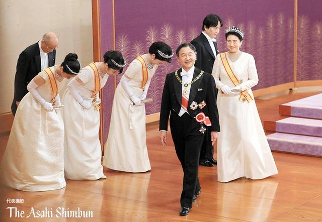Gia đình Hoàng gia Nhật tổ chức tiệc mừng năm mới, xuất hiện ấn tượng trước dân chúng, đáng chú ý nhất là màn đọ sắc giữa các thành viên nữ  - Ảnh 3.